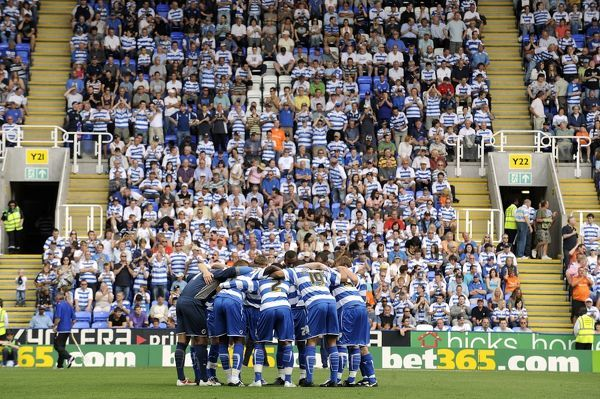 Reading have a last minute team huddle prior to kick off