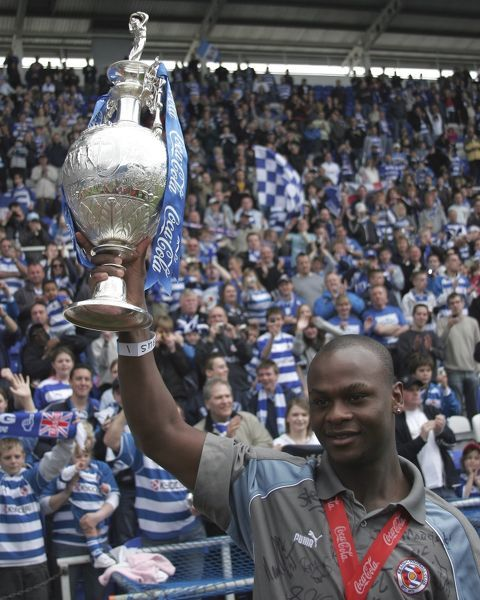 Leroy Lita raises the trophy as the fans applaud