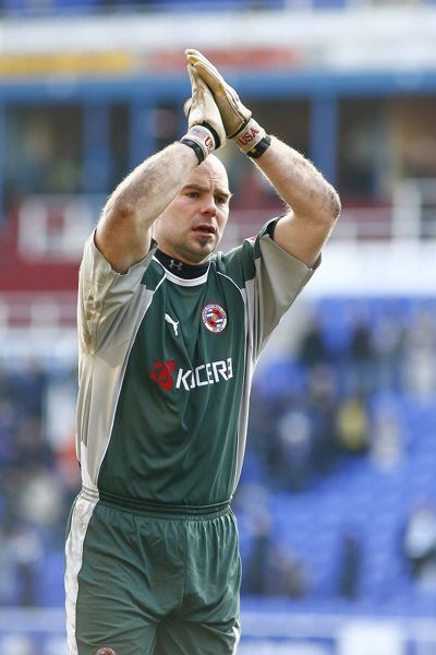Marcus Hahnemann applauds the crowd after the Coca-Cola championship match against Wolves played at the Madejski Stadium 2006