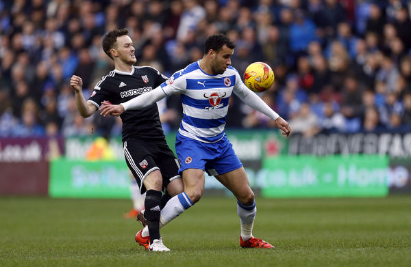 Brentford's Josh McEachran (left) and Reading's Hal Robson-Kanu battle for the ball