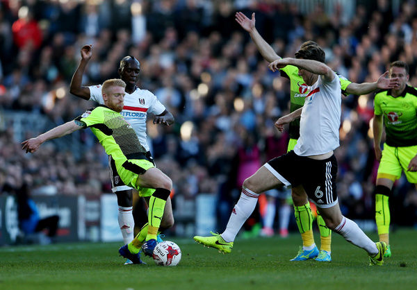 Reading's Paul McShane (left) challenges Fulham's Kevin McDonald to earn a red card during the Sky Bet Championship play off, first leg match at Craven Cottage, London
