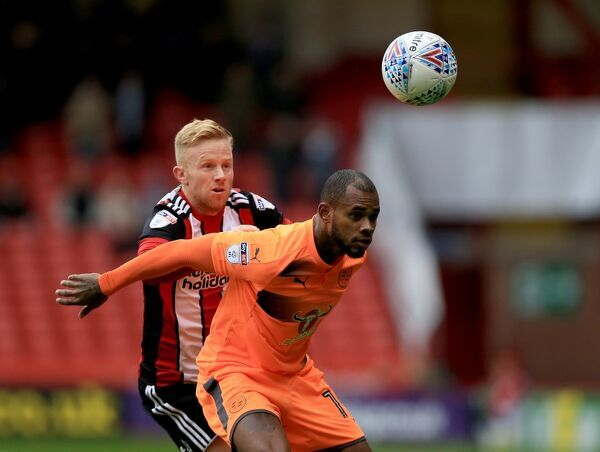 Sheffield United's Mark Duffy (Left) and Reading's Leandro Bacuna battle for the ball